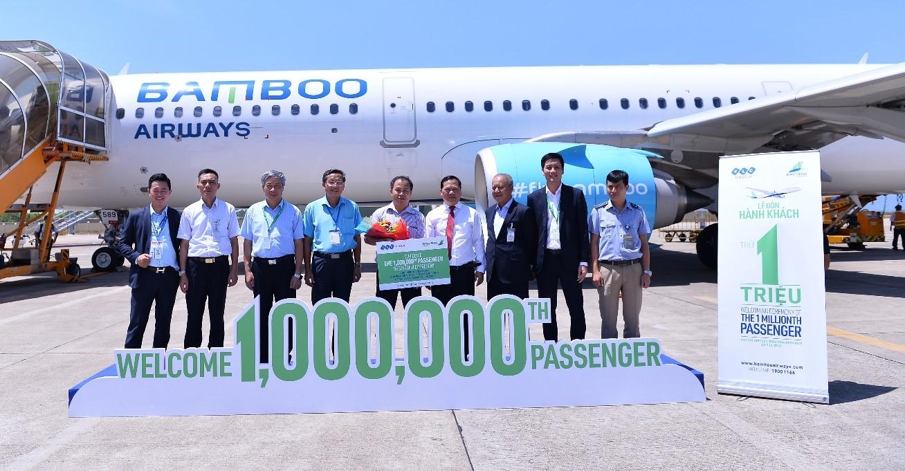 Vị hành khách thứ 1 triệu của Hãng (chính giữa) chụp ảnh lưu niệm cùng Lãnh đạo tỉnh, lãnh đạo Bamboo Airways