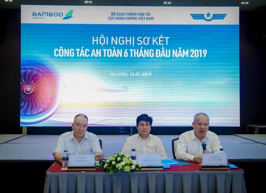 Ông Đinh Việt Thắng, Cục trưởng Cục HKVN (chính giữa) chủ trì buổi Hội nghị